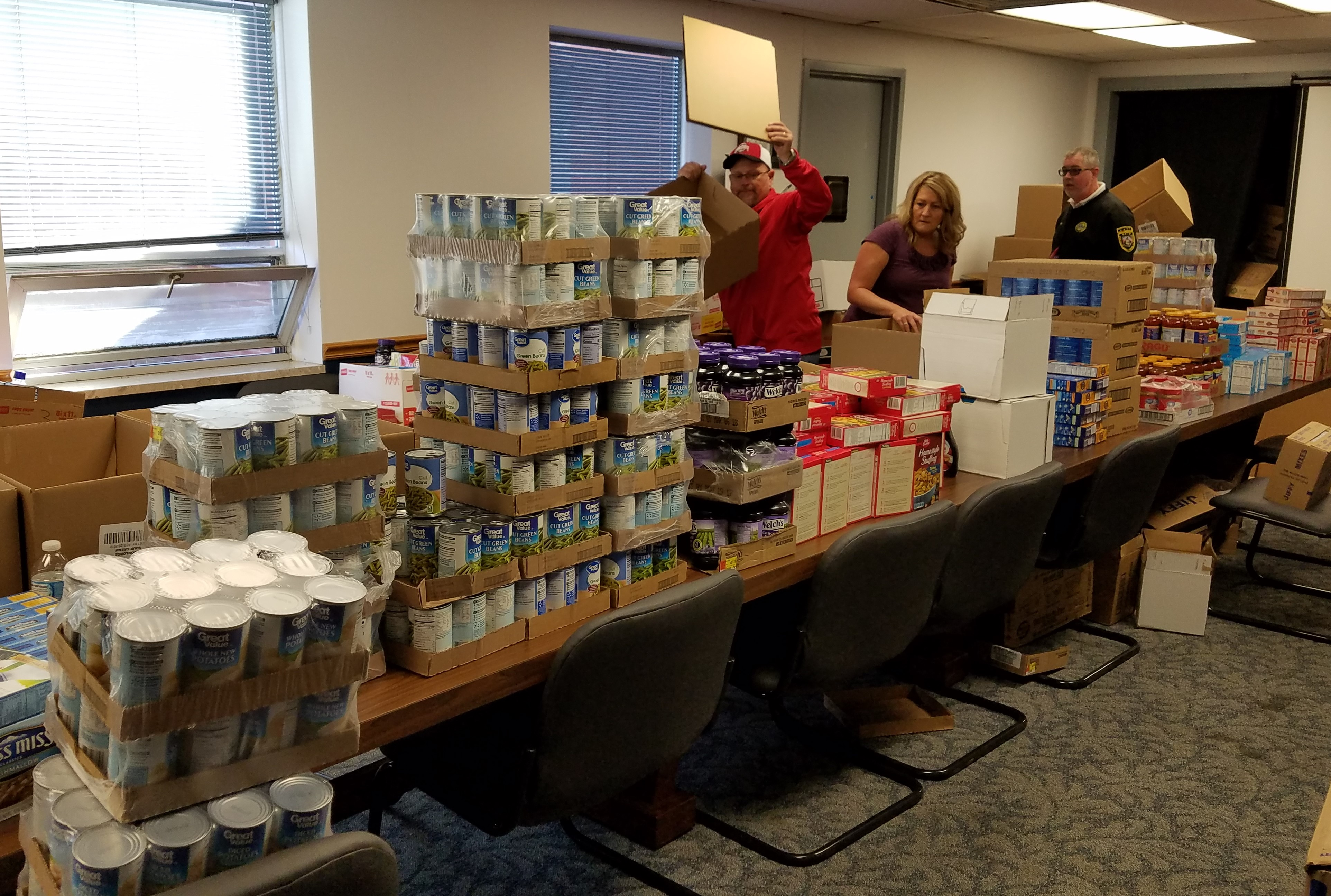 LoCI PIT Team Gives Food Baskets to Community